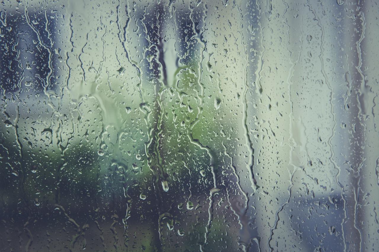 【雨の日の換気扇は逆効果?】湿気対策として正しい!?梅雨時期の換気方法を紹介!